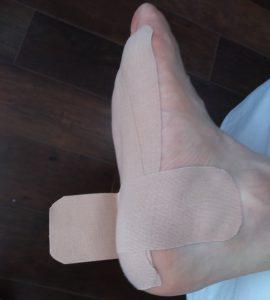 足裏から内くるぶしまで貼る