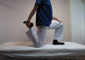 立ち膝での大腿直筋ストレッチ